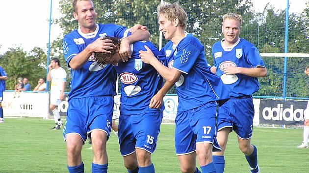 Jaroslav Borák (uprostřed) otrevřel v loňském roce Ondrášovka cupu skóre s Viktoriií Plzeň. Ta ale třemi góly výsledek otočila, postoupila do další fáze a posléze se nakonec radovala z celkového vítězství v poháru.