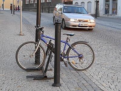 Zloděj si brousil zuby na kolo, které měl majitel zaparkované u fotbalové tribuny.