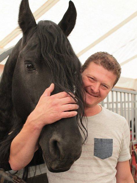 Velkou chloubou nejen Ludvíka Berouska, který je cvičí, ale celého Cirkusu Bernes je pětice fríských koní, kterým se také přezdívá černé perly. Původně jich měl cirkus šest, ale před dvěma lety jedno zvíře uhynulo na koliku.
