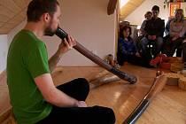 Působivý zážitek z hlubokých rytmických tónů starého australského nástroje didgeridoo přinesl vlašimských posluchačům hudebník Ondřej Smeykal (na snímku)