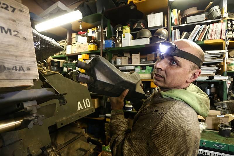 """Mechanik Jan """"Jelly"""" Šulc s náhradním článkem pásu. Kompletní pásy přijdou na milion korun."""