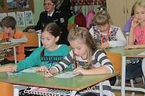 Školáci ze 3.B ZŠ Jiráskova si na úvod hodiny vyplnili krátký test.