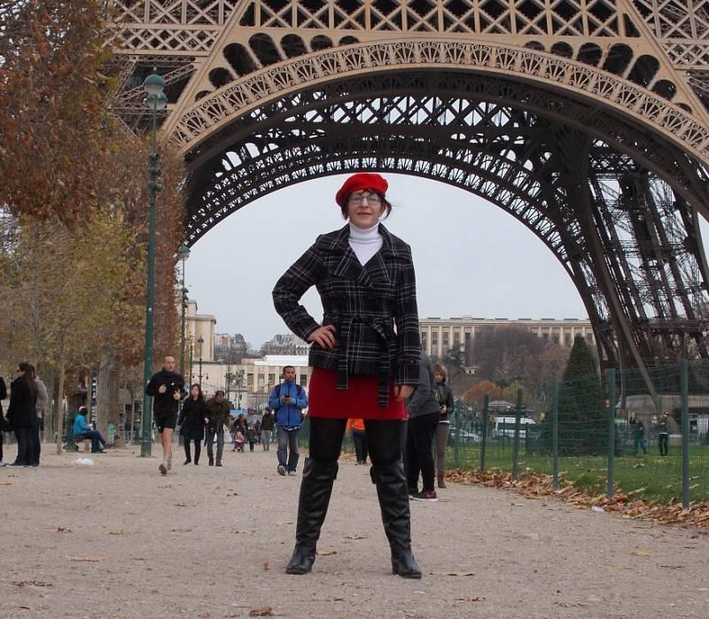 Martina Fišerová pod Eiffelovou věží.