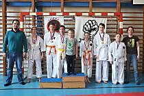 Šestice mladých karatistů Benešova získala na soutěži v Hradci králové dvanáct medailí.