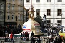 Největší ze tří replik historických kopulí byla 28. září slavnostně usazena na střechu Malostranské besedy v Praze.
