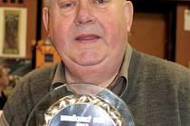 Kapelník vlašimské Sebranky Ludvík Merta s trofejí Benešovský Otík za rok 2012