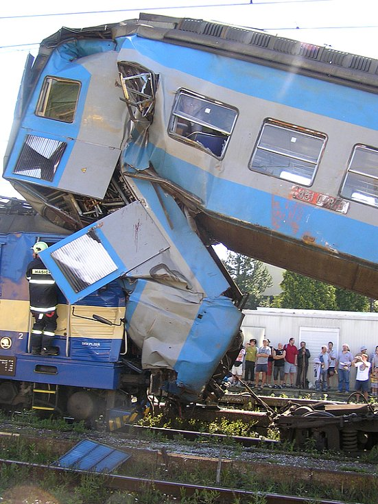 Pohled na zdemolovanou kabinu strojvedoucího osobního vlaku