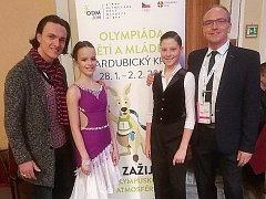 Karel Maršálek (vpravo) šéf benešovské Taneční školy je hrdý na mladé tanečníky Adama Slepičku a Janu Klápovou, kteří reprezentovali Středočeský klub na Zimní olympiádě dětí a mládeže na Pardubicku  a také na MČR v latinskoamerických tancích v Lucerně.