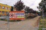 Přístavba školy se v Týnci zastavila. Takhle staveniště vypadalo letos o prázdninách.