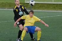 Luboš Balata (ve žlutém) to neměl se svým, o hlavu větším, strážcem Martinem Fialou jednoduché. Zákroky na něj byly někdy až za hranou dovolené hry. Přesto se prosadil, jeden gól dal a na druhý nahrál, ale na výhru to nestačilo.