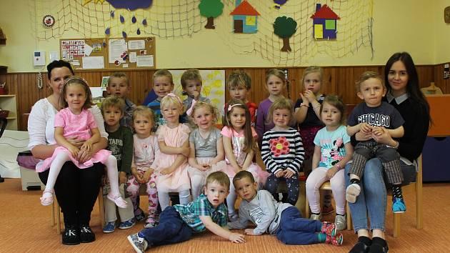 Třída Berušky a učitelky Marie Brejlová, Marie Pavlasová a asistentka pedagoga Jarmila Hunková v Mateřské škole v Bystřici.