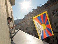 Vyvěšování tibetské vlajka na radnici v Benešově 10. března 2015.