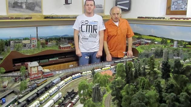 Ladislav a Jaroslav Kohoutovi mají na modelové železnici 658 vozidel.