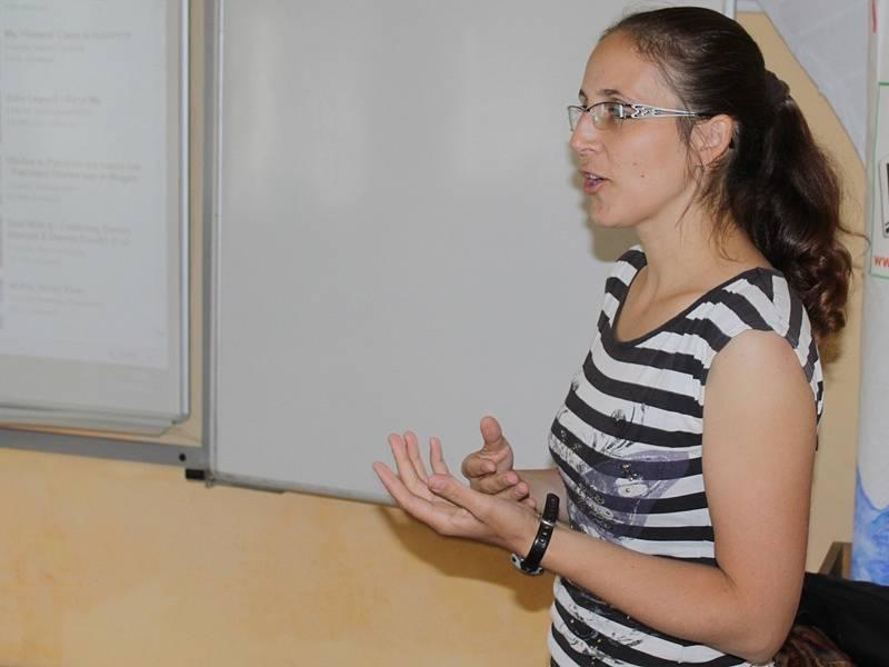 Zahraniční dobrovolníci při návštěvě miličínské základní školy - Iva Vančurová z hostitelského občanského sdružení  Mezeňák.