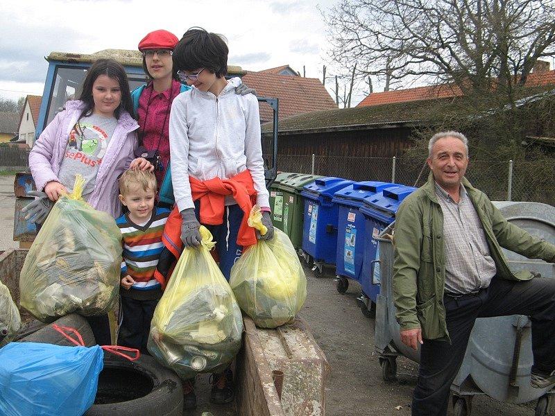 Ochotní obyvatelé, kterým není lhostejné životní prostředí na České Sibiři, uklízeli o víkendu nepořádek kolem cest v okolí Mezna, Mitrovic a Lažan.