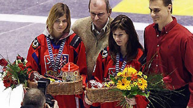 Hokejistkám Kladna pogratulovalo před zápasem se Spartou k bronzovým medailím z MS také vedení HC Geus okna, zastoupené Marcelem Kučerou (vpravo). Zleva stojí brankářka Kateřina Bečevová,   manažer František Bárta a Lucie Nováková.