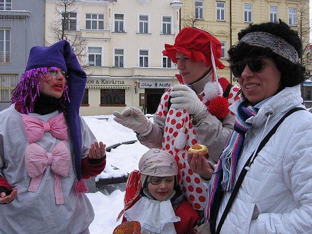 Obnovenému masopustu v Benešově přihlíželo podle organizátorek 200 až 300 lidí.
