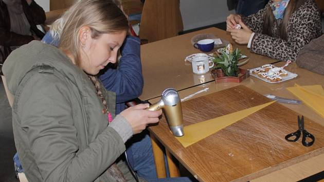 Děti i rodiče se o víkendu ve Včelím světě v Hulicích dozvěděli zajímavosti o chovu včelstev a vyzkoušeli si zdobení medových perníčků i výrobu svíček.