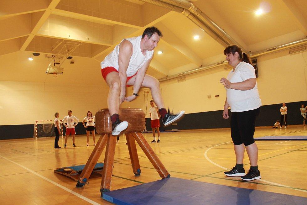 """Bezmála 40 cvičících si připomnělo významné události cvičením """"jako za starých časů""""."""