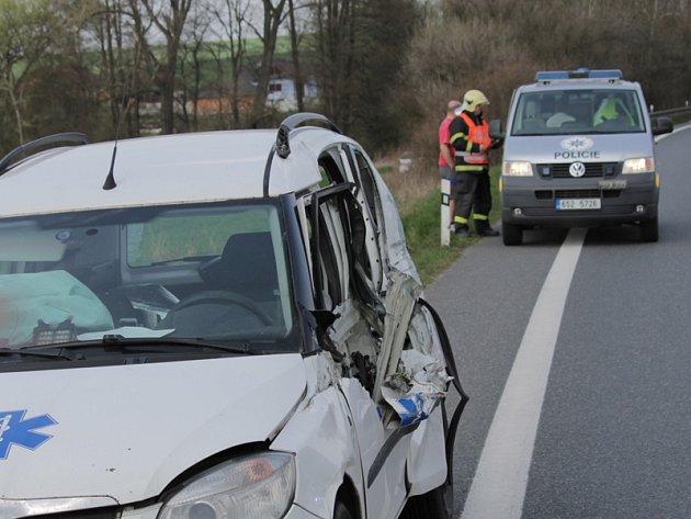 Boční střet Škody Roomster a poštovního vozu u Jírovic zablokoval hlavní tah Praha - Tábor.