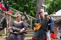 Festival středověkých řemesel na zřícenině hradu Hláska ve Zlenicích.