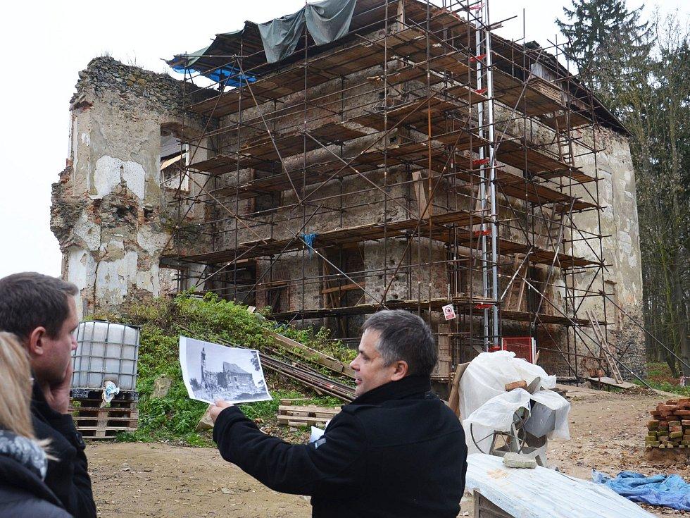 Starosta Zvěstova Karel Babický přiblížil zájemcům minulost, současnost i budoucnost zvěstovského zámku.