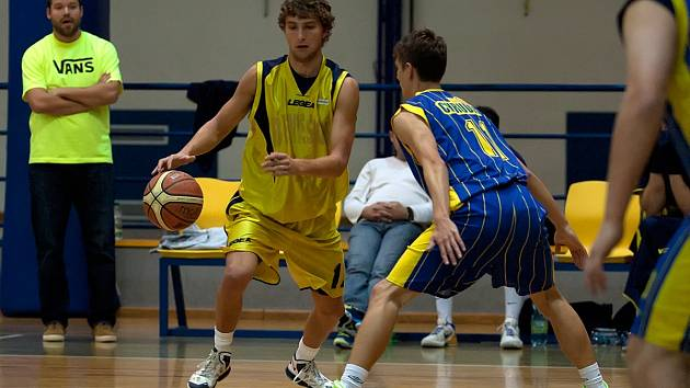 Benešovský Ondřej Proskovec (ve žlutém) vyčkává před chrudimským Marcelem Chalupníkem.