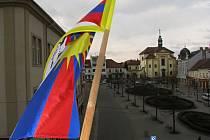 Vlajka Tibetu na benešovské radnici. Letos by měla po pěti letech znovu zavlát.