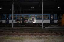 Posprejovaný vagon odstavený v depu kolejových vozidel v Čerčanech.
