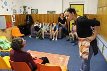 V Dětském domově v Pyšelích zahráli divadelníci netradiční divadlo.