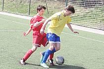 Mladší dorostenec Benešova Lukáš Rozsypal si kryje míč před brandýským Danielem Švadlenkou.