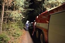 Terén byl velmi členitý a hasiči se museli vynést utopeného příkrým a zalesněným srázem..