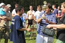 Starosta a místostarosta obce Vranov při předávání poháru vítězům