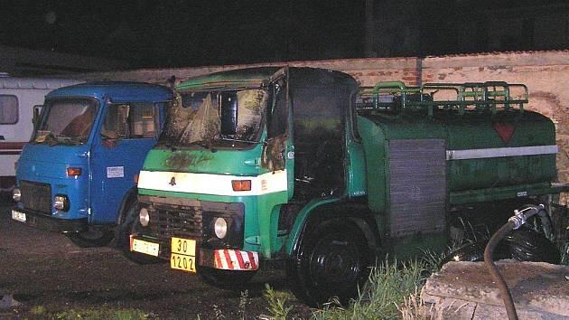 Hasiči z Pecerad zabránili vyšší škodě. Avia vlevo zůstala ohněm nedotčená.