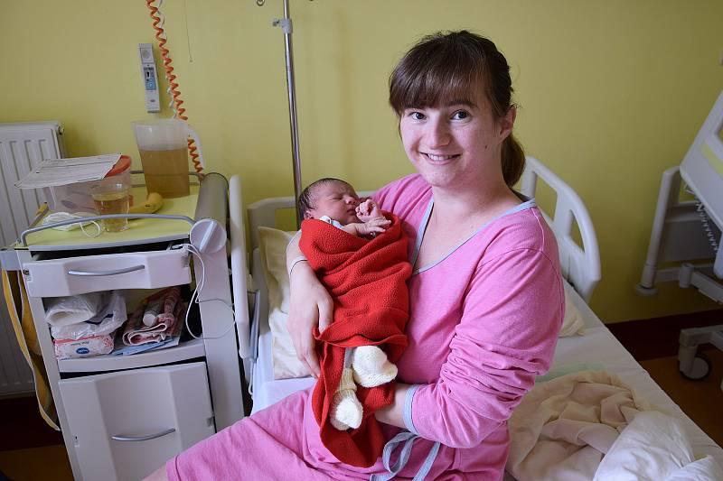 Nikola Karpíšková se Jitce Zderadičkové a Tomáši Karpíškovi narodila v benešovské nemocnici 2. května 2021 v 1.08 hodin, vážila 3490 gramů. Bydlištěm rodiny jsou Strnadice.