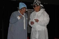 Popovičtí ochotníci v kostýmech Slavíků z Madridu připravili pro diváky k prožití příjemných chvil představení s detektivní zápletkou.