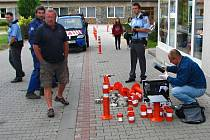 Pozůstatky sloupků v Jiráskově ulici prohlédl kriminalistický technik.