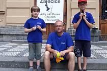 ŠŠ STAMAT před chrudimským muzeem. Zleva: Michael Stein, trenér Petr Havelka, Jáchym Slánský.
