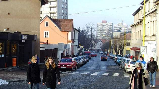V ulici Jana Masaryka ve Vlašimi se nechá najít celá řada dopravních prohřešků. Jedním z nich je přechod u nádraží