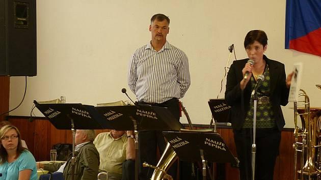 Jana Špačková vydala s podporou Ješetic knižně kroniku obce. Veřejnosti jí představila při setkání rodáků Ješetic.