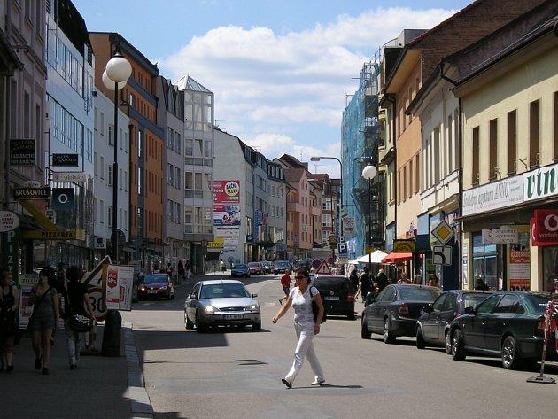 Tyršova ulice plná lidí aut a shonu bez možnosti posedět ve stínu.