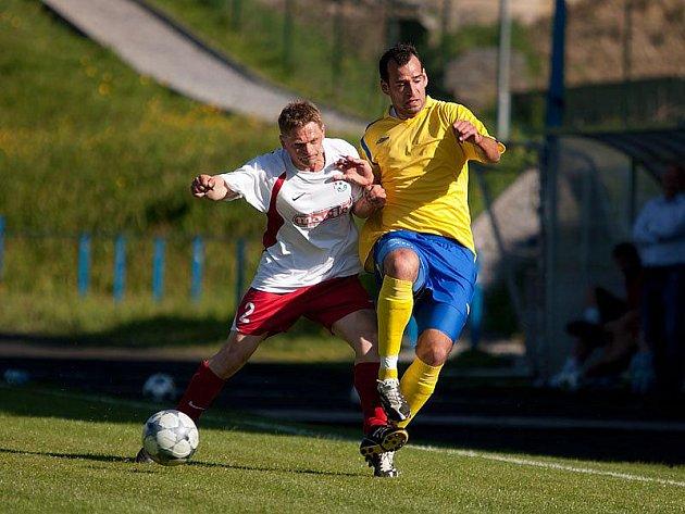 Votický Luděk Bareš (v bílém) a benešovský Pavel Chomát zůstali v kádrech týmů a můžou se v derby střetnout v 9. kole.