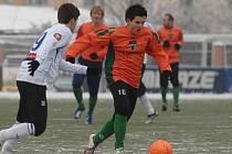 Jediný střelec zápasu Pavel Borkovec (v oranžovém) proniká přes mladoboleslavského obránce.