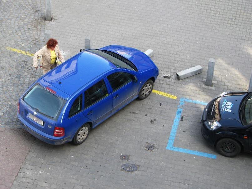 Žena v modré Škoda Fabii narazila do dvou betonových sloupků