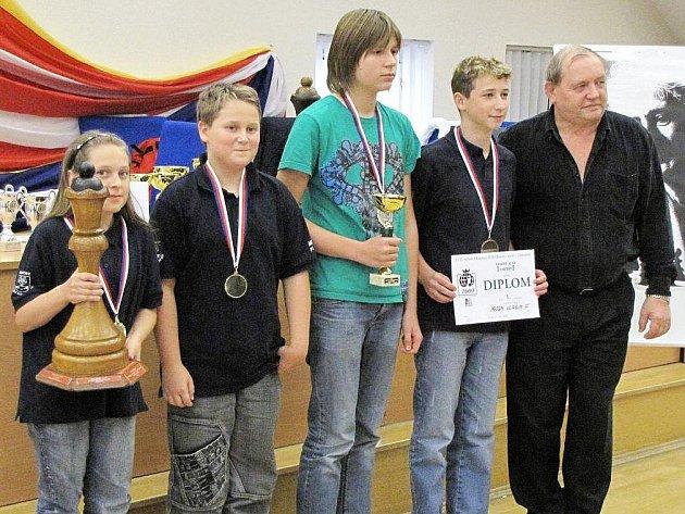 Vítězný tým Vlašimi i s putovní dámou. Zleva: Nela Pýchová, Patrik Pýcha, Robin Hrdina, David Zvára a rozhodčí Michail Koreček.