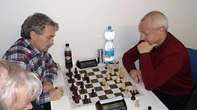 Momentka z utkání Sázava - Neveklov. Domácí Vladimír Závůrka (bílé figury) přispěl výhrou nad Josefem Chomickým ke třem bodům pro domácí družstvo.