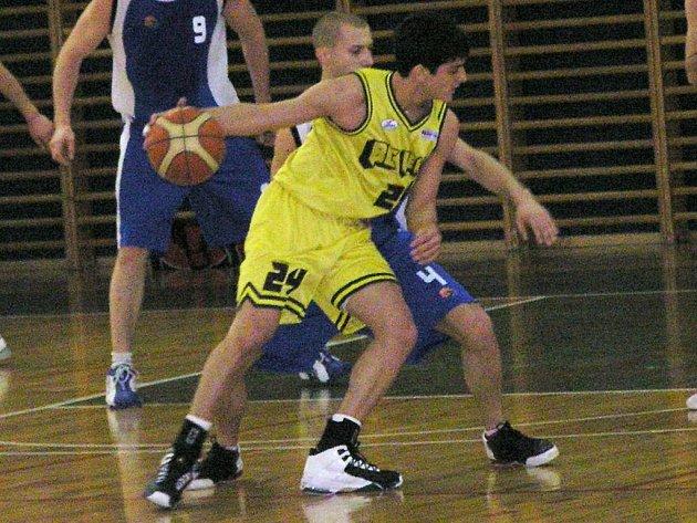 Rozehrávač Benešova Jonathan Moran (ve žlutém) vstřelil devět bodů, které ale na výhru nestačily.