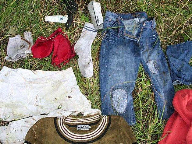 Nalezené části oděvů, které byly v igelitové tašce.