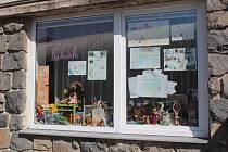 Vzkazy dětí na dveřích školní družiny v Jiráskově ulici v Benešově.