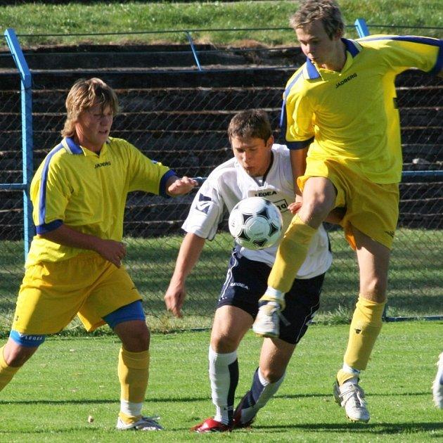 Benešovští starší dorostenci stříleli góly až po přestávce. Do presu vzali domácí Michal Kačírek (nejvýše) a Petr Šmejkal hostujícího Libora Horejse.